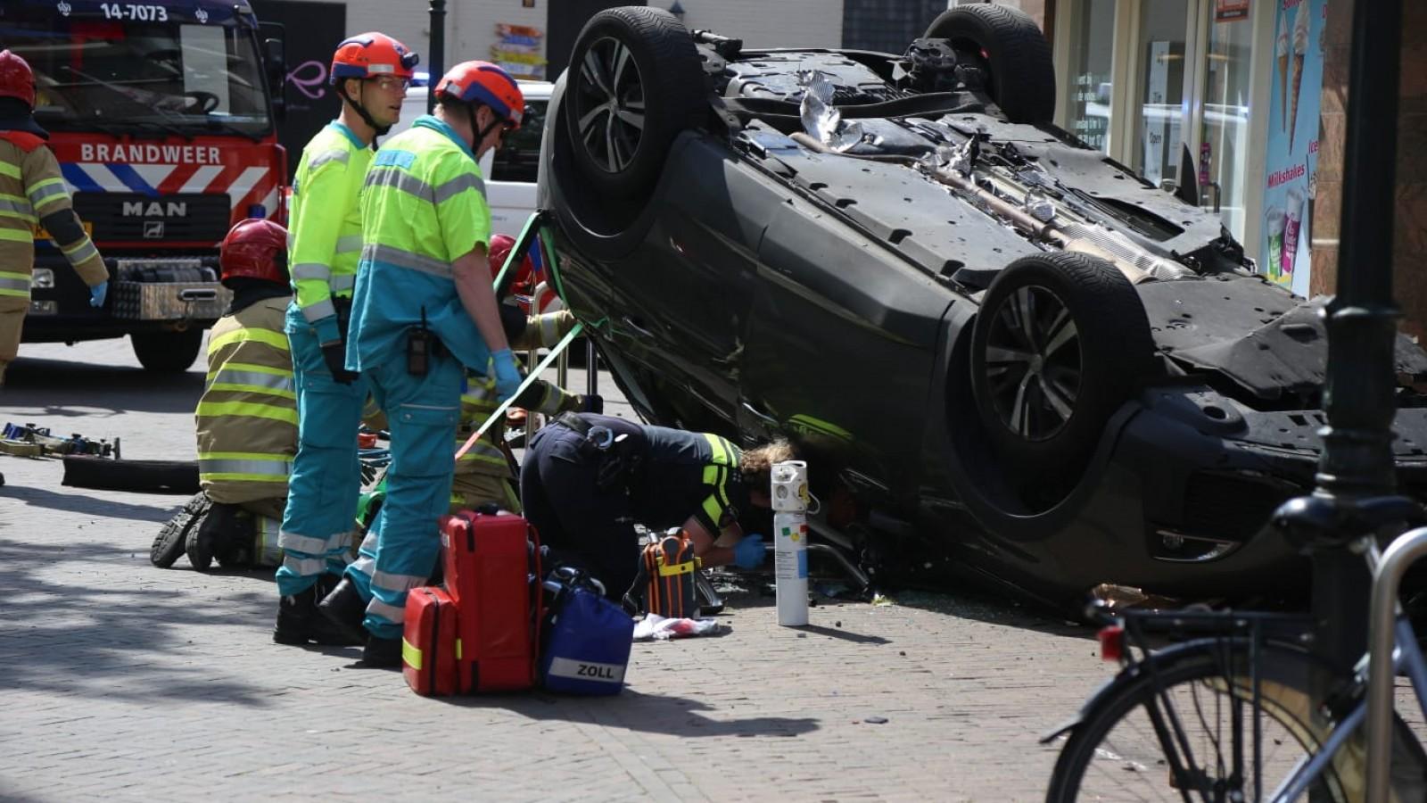 Auto vol gas over Huizer plein, meerdere gewonden