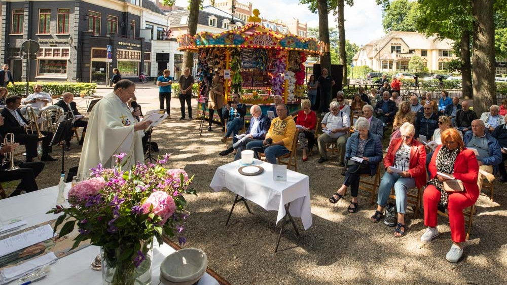 Larens kermisterrein voor even een kerk: samen bidden tussen de attracties