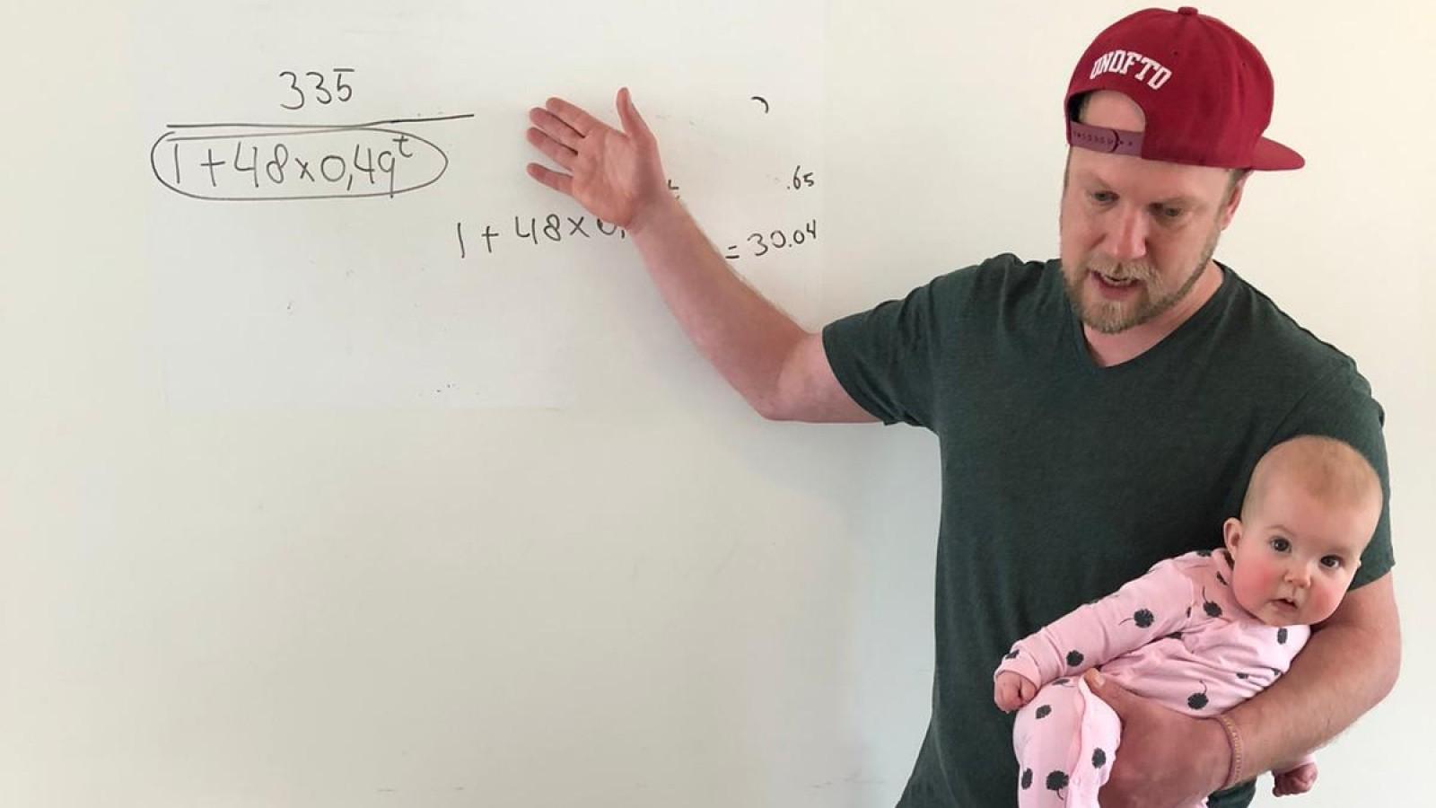 """Weesper wiskundeleraar geeft les met zijn kinderen om hem heen: """"Gaat opvallend goed"""""""