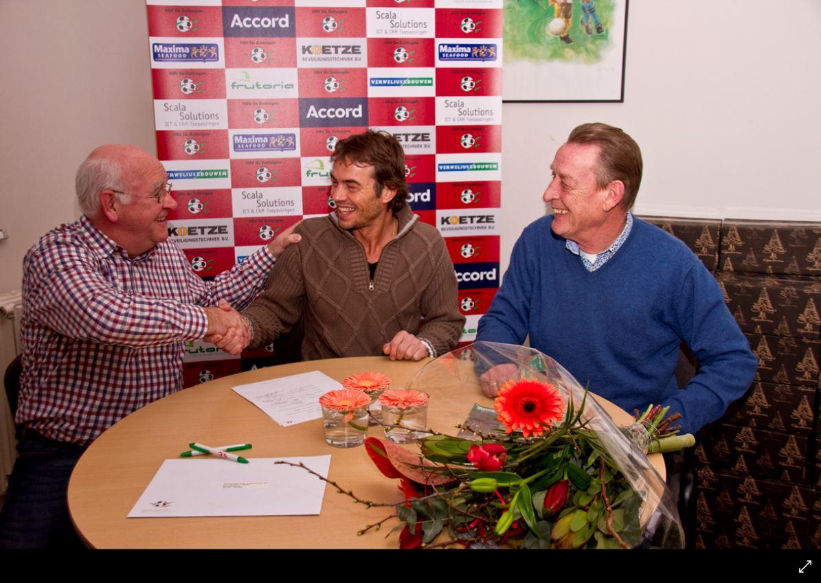 Foto: Voorzitter Kees Visser bedankt Jan Visser in het bijzijn van Gerard Bout, lid van de sponsorcommissie.