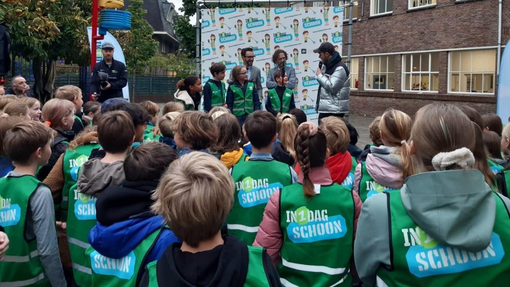 Gewapend met grijpers en vuilniszakken maken Hilversumse scholieren de stad schoon