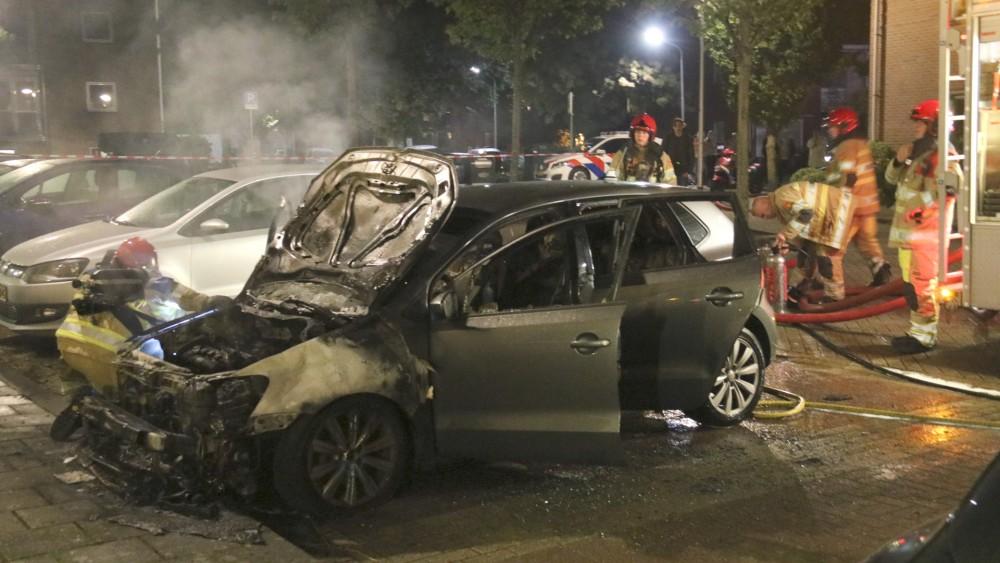 Bussumse buurt schrikt wakker van harde knal: auto brandt helemaal uit