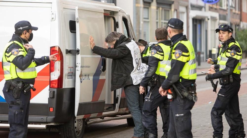 Aangehouden Hilversumse demonstrant droeg bedreiging aan premier Rutte op jas