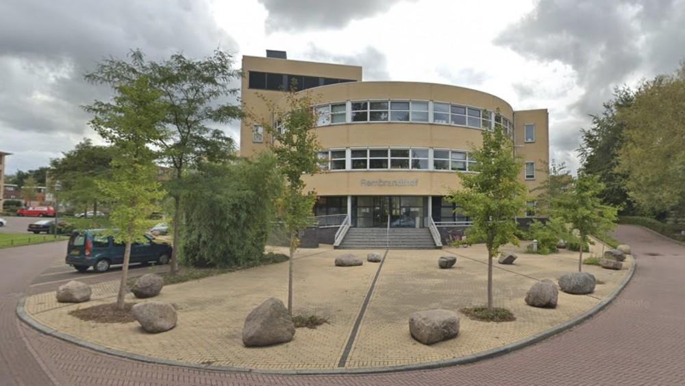 'Brandend voorwerp' gegooid naar Hilversumse GGZ-instelling, schade aan pui