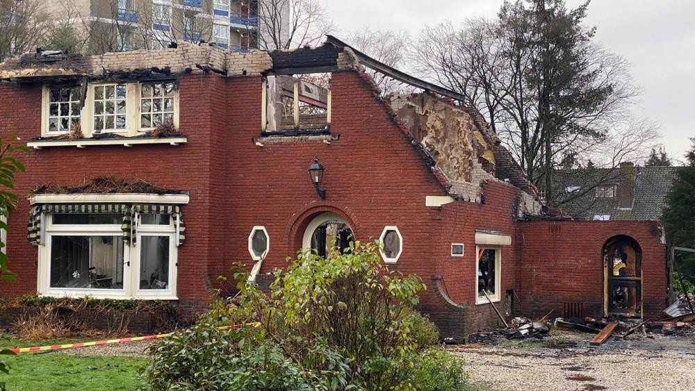 """Bussumers geschokt na verwoestende villabrand: """"Wat een enorm drama voor de bewoners"""""""