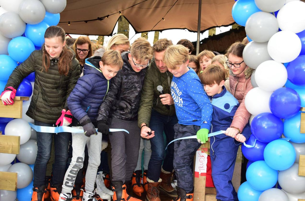Wethouder Tijmen Smit opent de schaatsbaan (Foto: Laren in Beeld – Janneke Nijenhuis)