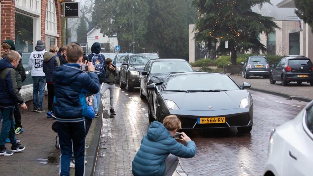 Laren blijft komende weekenden toegangswegen afsluiten tegen autospotters