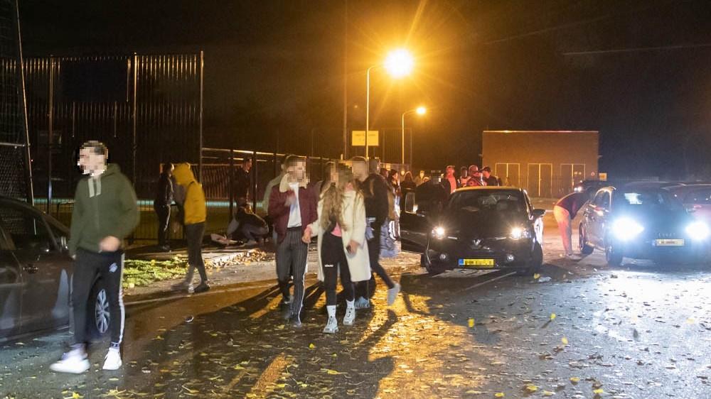 Politie beëindigt groot illegaal feest in bossen bij Hilversum