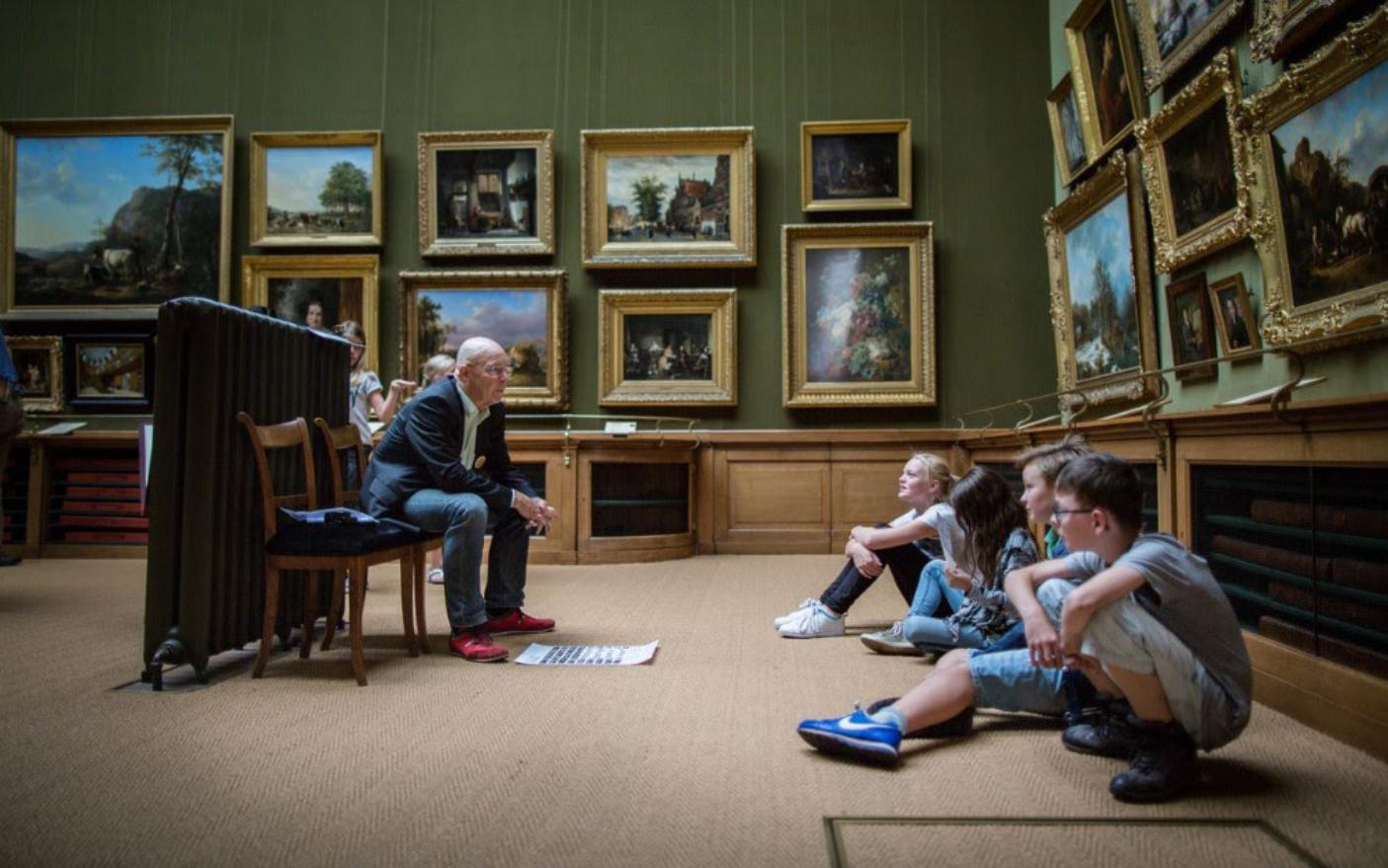 Kinderen krijgen college over kunst (Foto: Martine Goulmy)