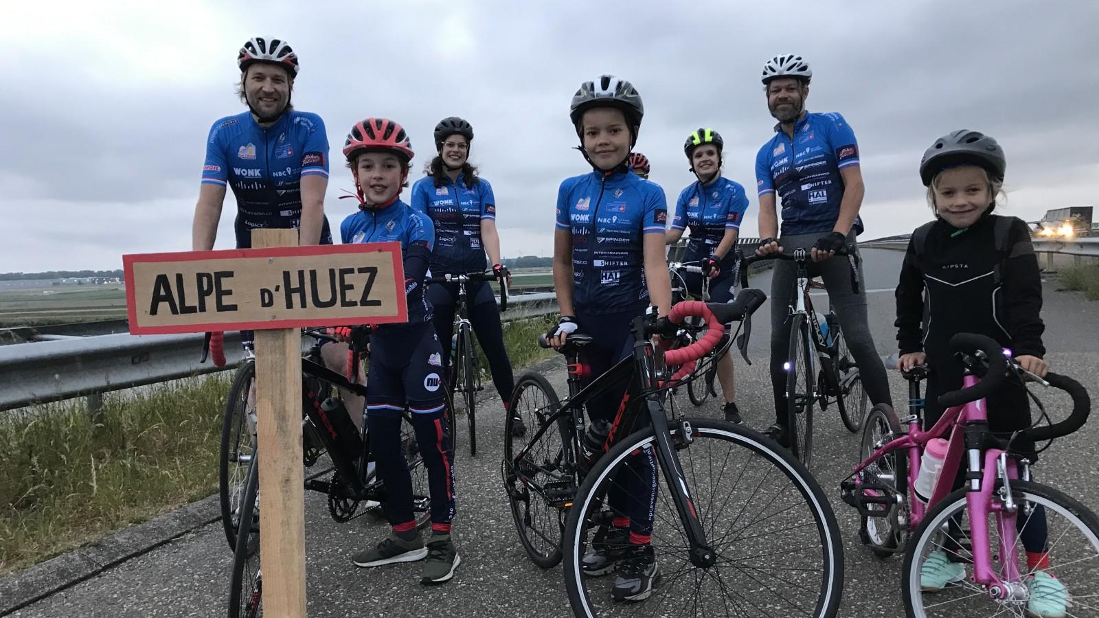 Geen Alpe d'HuZes, maar toch fietst deze Huizer familie vandaag voor het goede doel