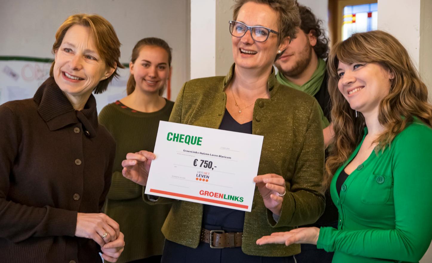 De overhandiging van de cheque (Foto: Evert Landré )