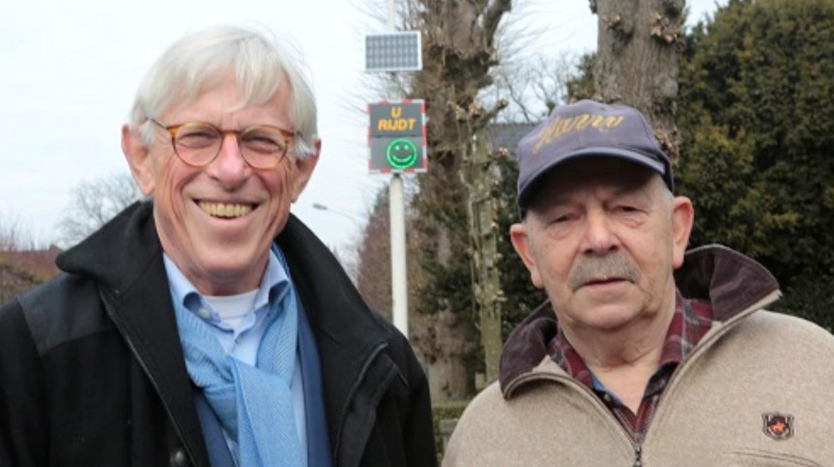 Wethouder Ton Stam (l) en Harry Ligter bij de smiley