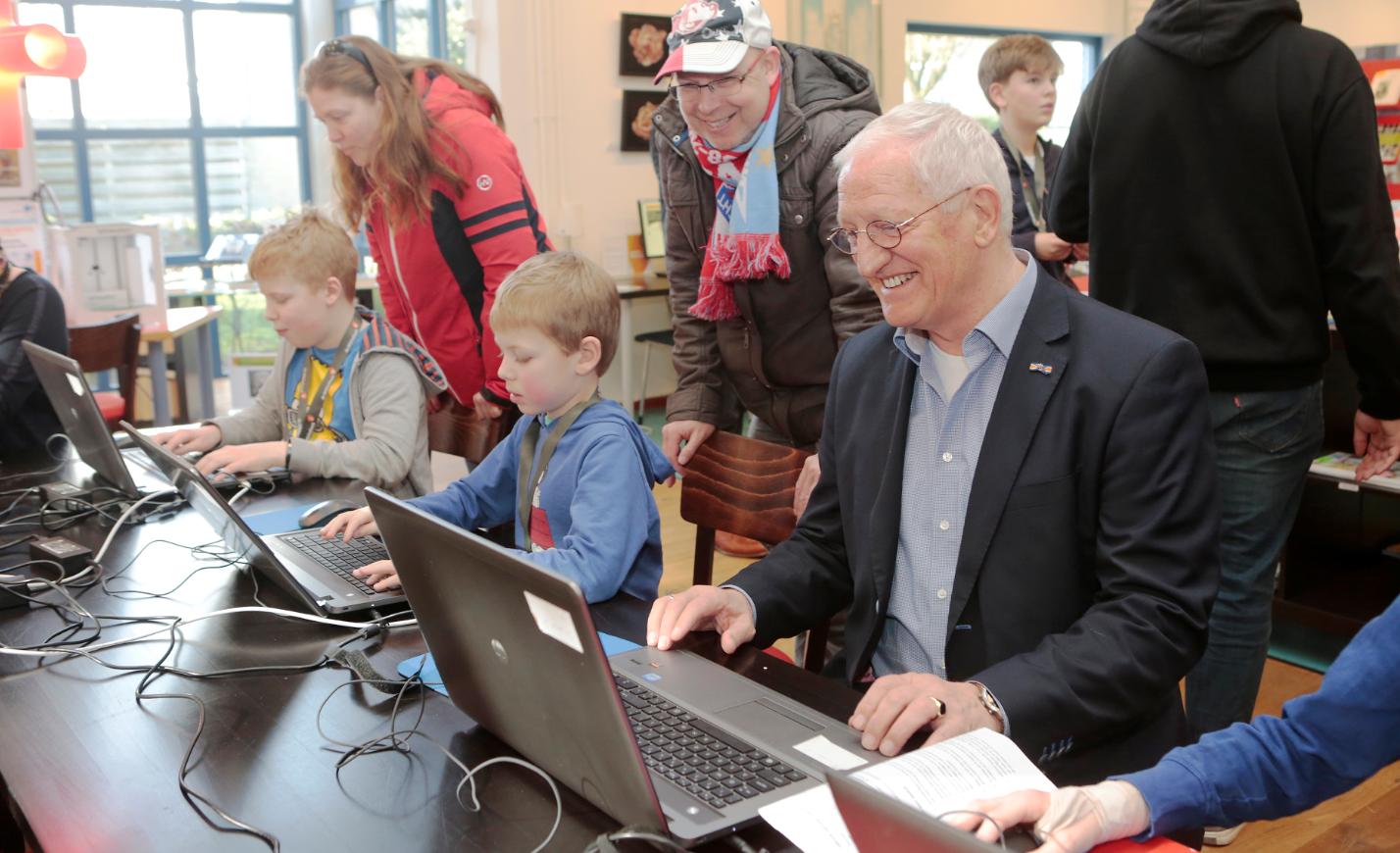 Wethouder Jan den Dunnen zit met veel plezier achter de computer