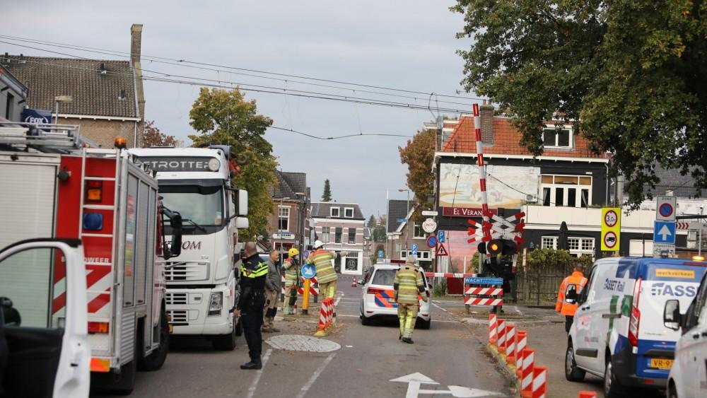 Vrachtwagen trekt bovenleiding in Bussum kapot: treinverkeer tot vanmiddag plat