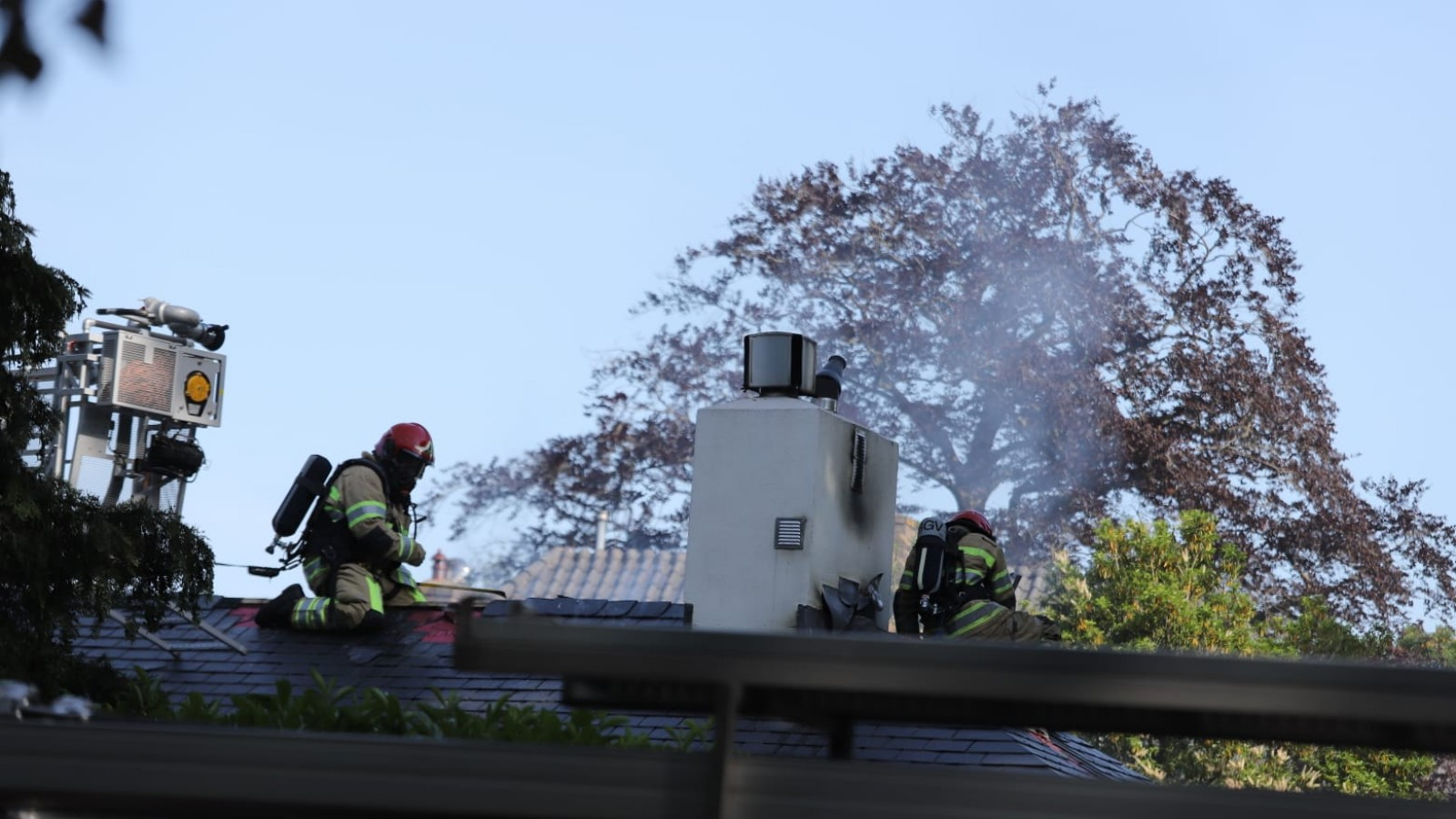 Brandweer heeft handen vol aan brandje op Bussumse zolder