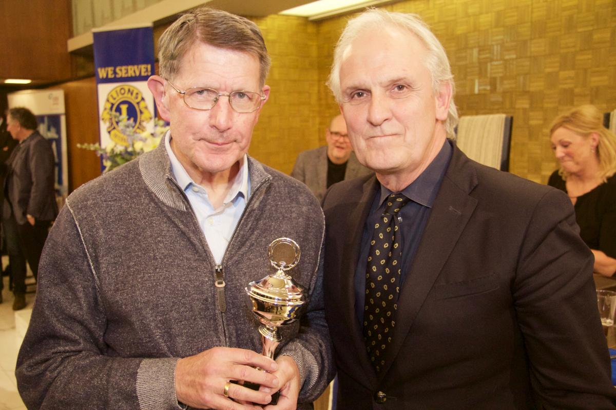 De winnaar van 2016 met burgemeester Broertjes (Foto: Groot Goois Dictee).