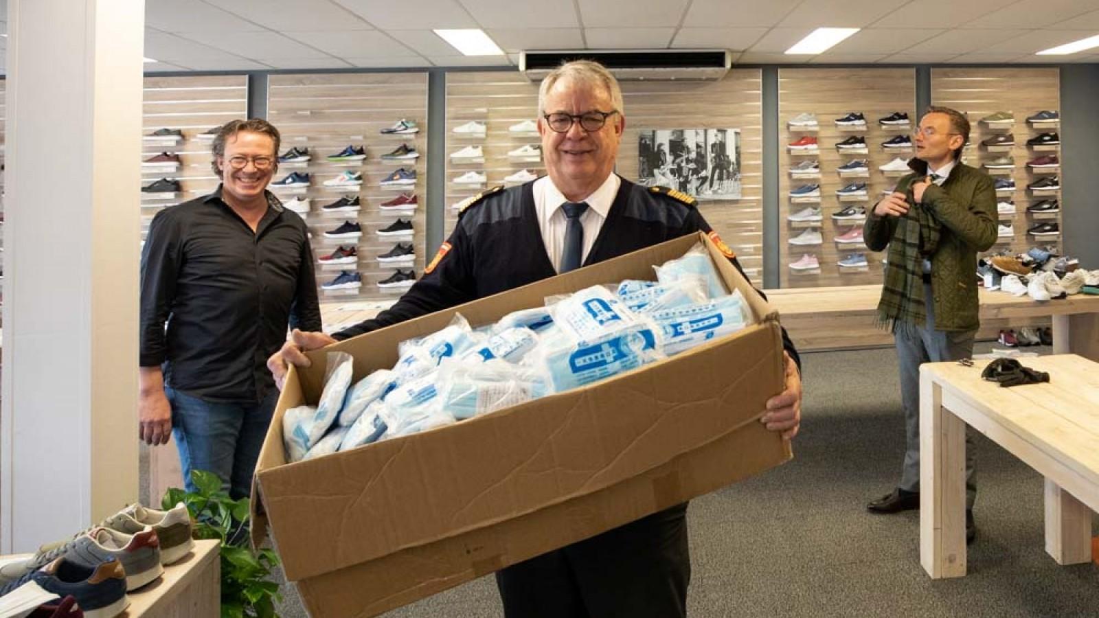 Eemnesser schoenontwerper geeft duizenden mondkapjes aan GGD
