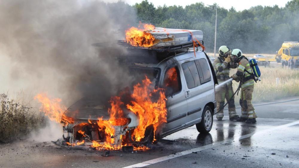 Metershoge vlammen slaan uit auto op afrit A27