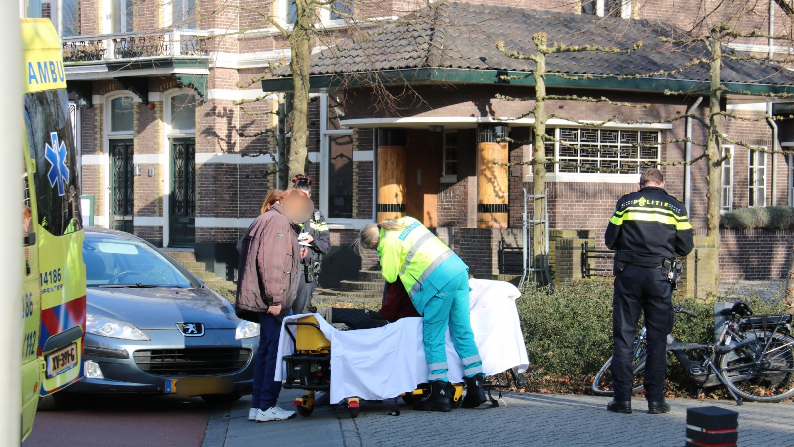 Auto schept fietser in Bussum: oudere man gewond naar ziekenhuis