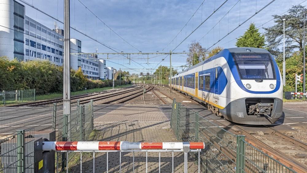 Meer geluidsschermen moeten kabaal treinverkeer Naarden-Bussum aanpakken