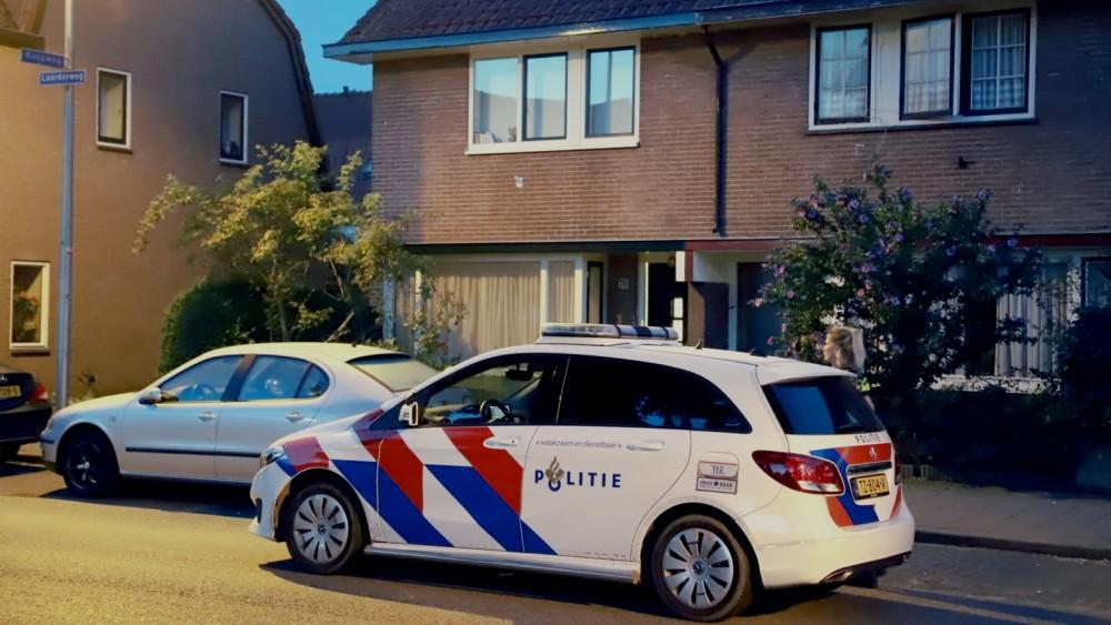 Overvaller klimt door openstaand raampje Bussumse woning binnen en bedreigt gezin