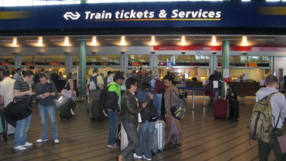 NS-medewerkers starten petitie nu servicebalie op meerdere stations mogelijk verdwijnt