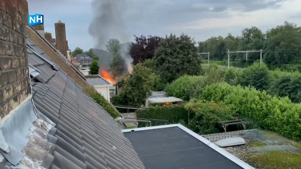 Felle brand verwoest schuren in Naarden