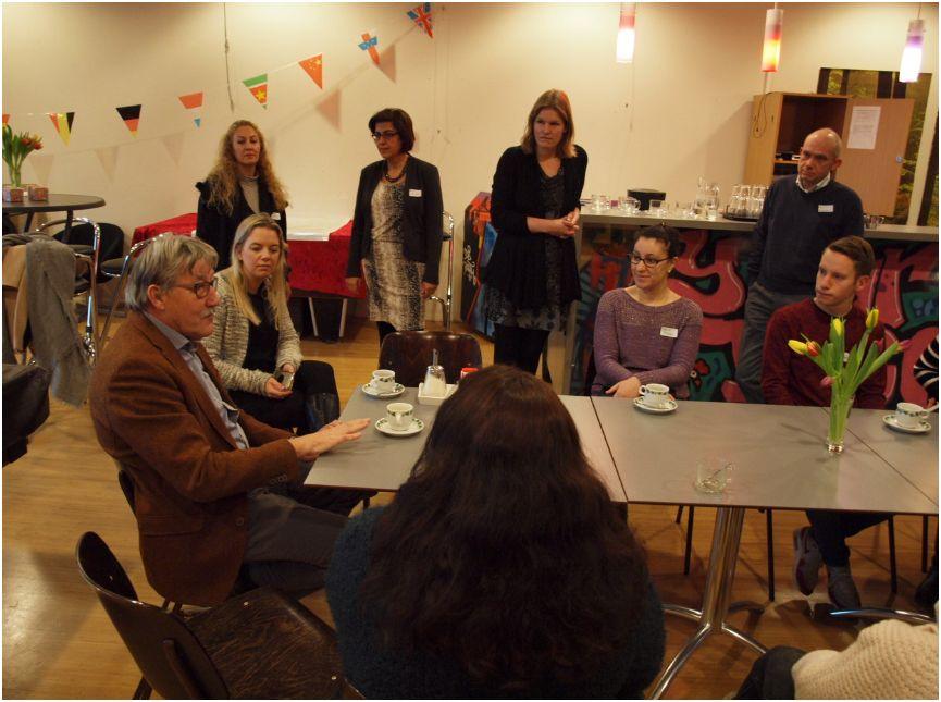 De wethouder aan tafel met enkele deelnemers