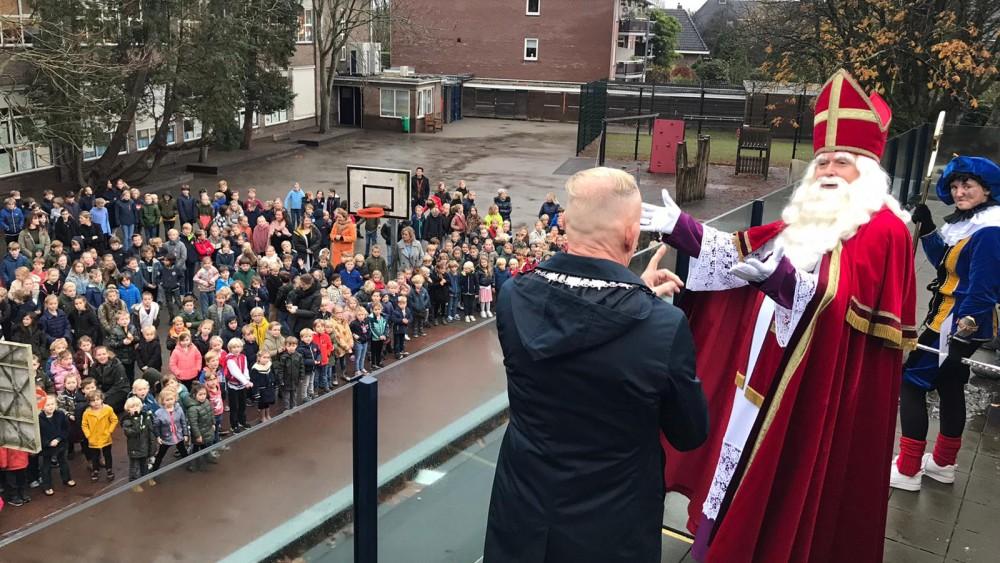 Zo ingewikkeld is het voor Sinterklaas om langs te gaan op scholen, maar het lukte toch