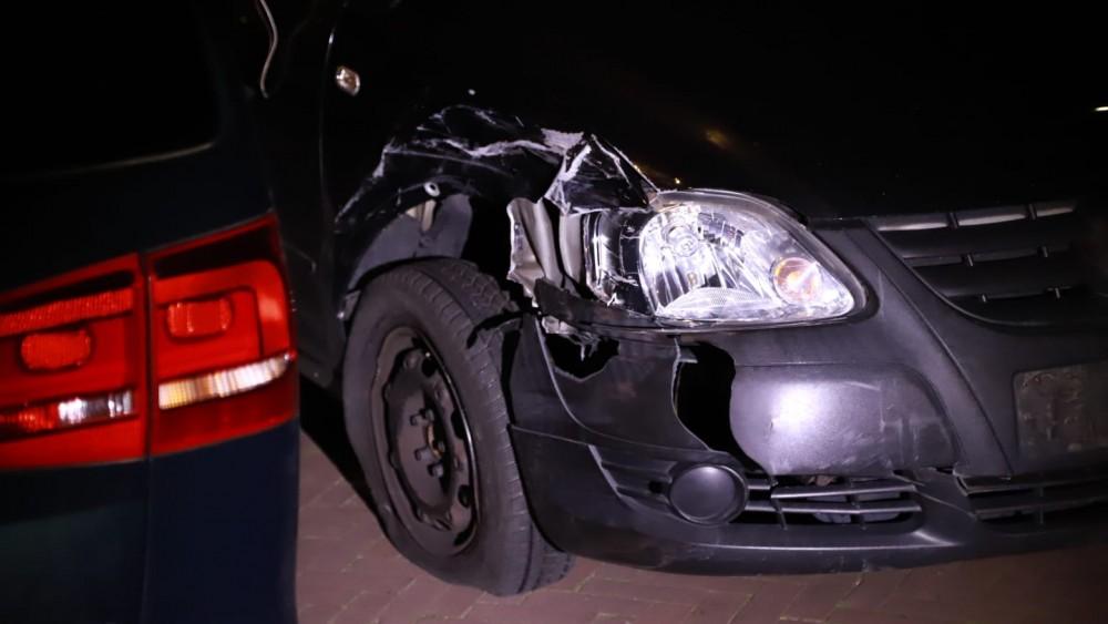 Politie schiet autobanden lek van man die gevaar is op de weg