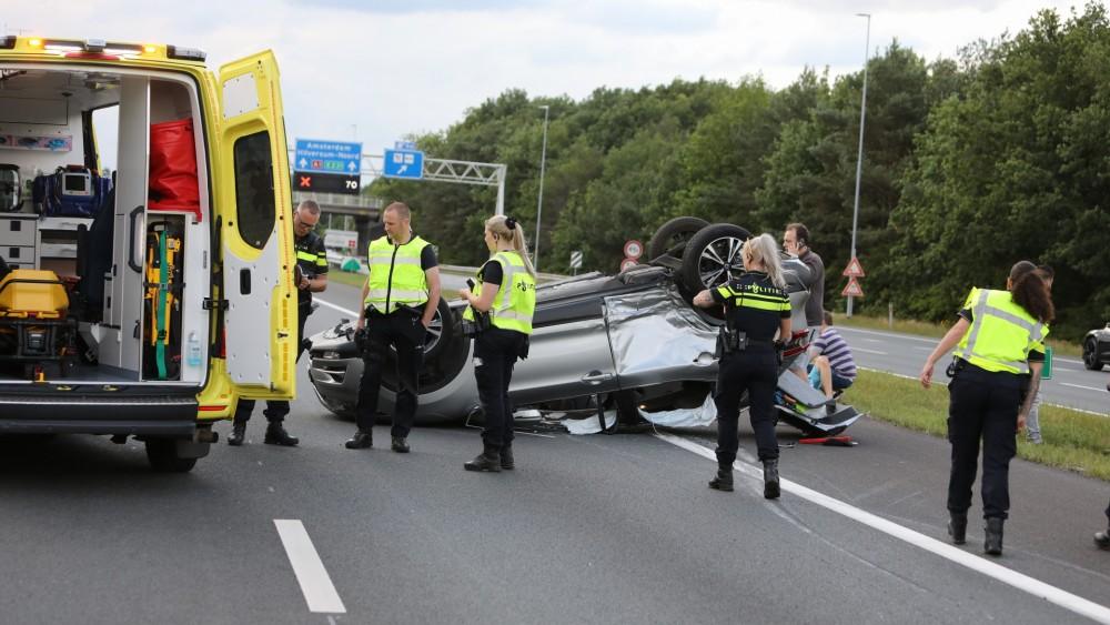 Auto belandt op z'n kop op de A1 bij Laren