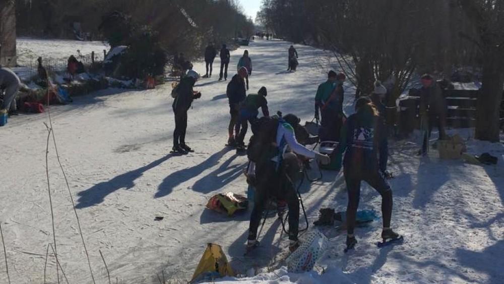 Ook wegen naar Naardermeer afgesloten vanwege extreme schaatsdrukte