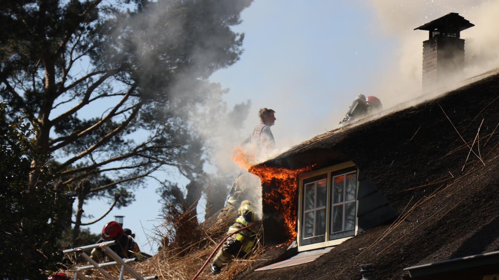 """Rieten dak van boerderij in Laren vat vlam: """"Wordt heel hard werken om dit te behouden"""""""