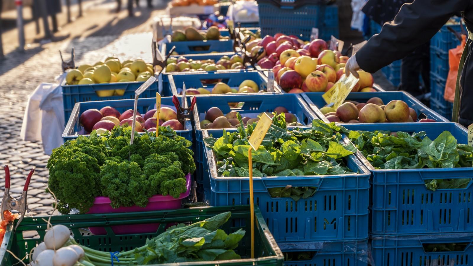 Alleen nog maar voedsel te koop op Weesper markt door corona