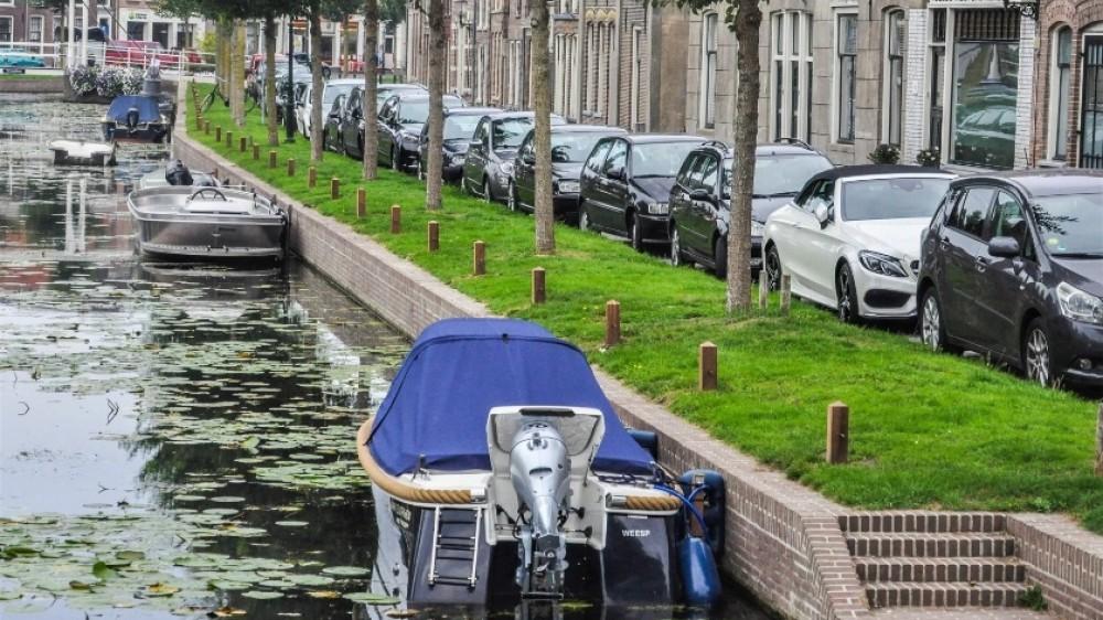 Bootjes mogen langer in Weesper gracht liggen, evaluatie later vanwege coronadrukte