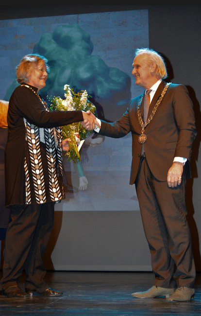 Burg. Pieter Broertjes van Hilversum feliciteert Lida ten Wolde met haar onderscheiding