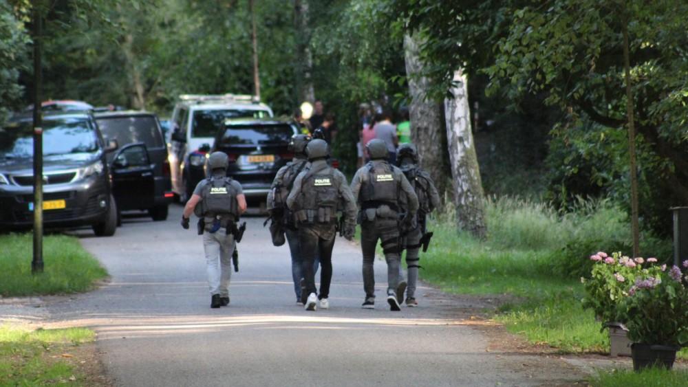 Politie valt villa in Naarden binnen: arrestatieteam op de been
