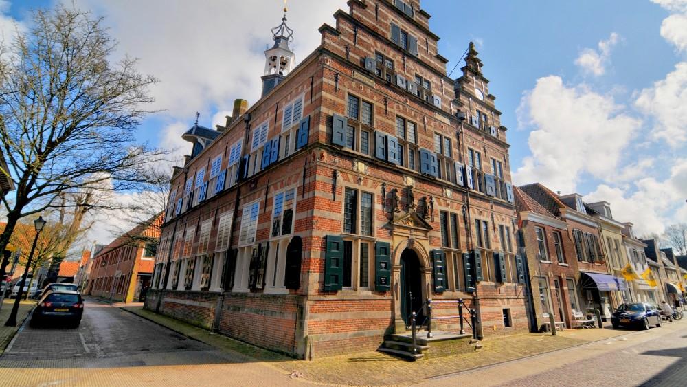 Naarder stadhuis en twee kerken blijven zonder vlag: aanpassingen te duur