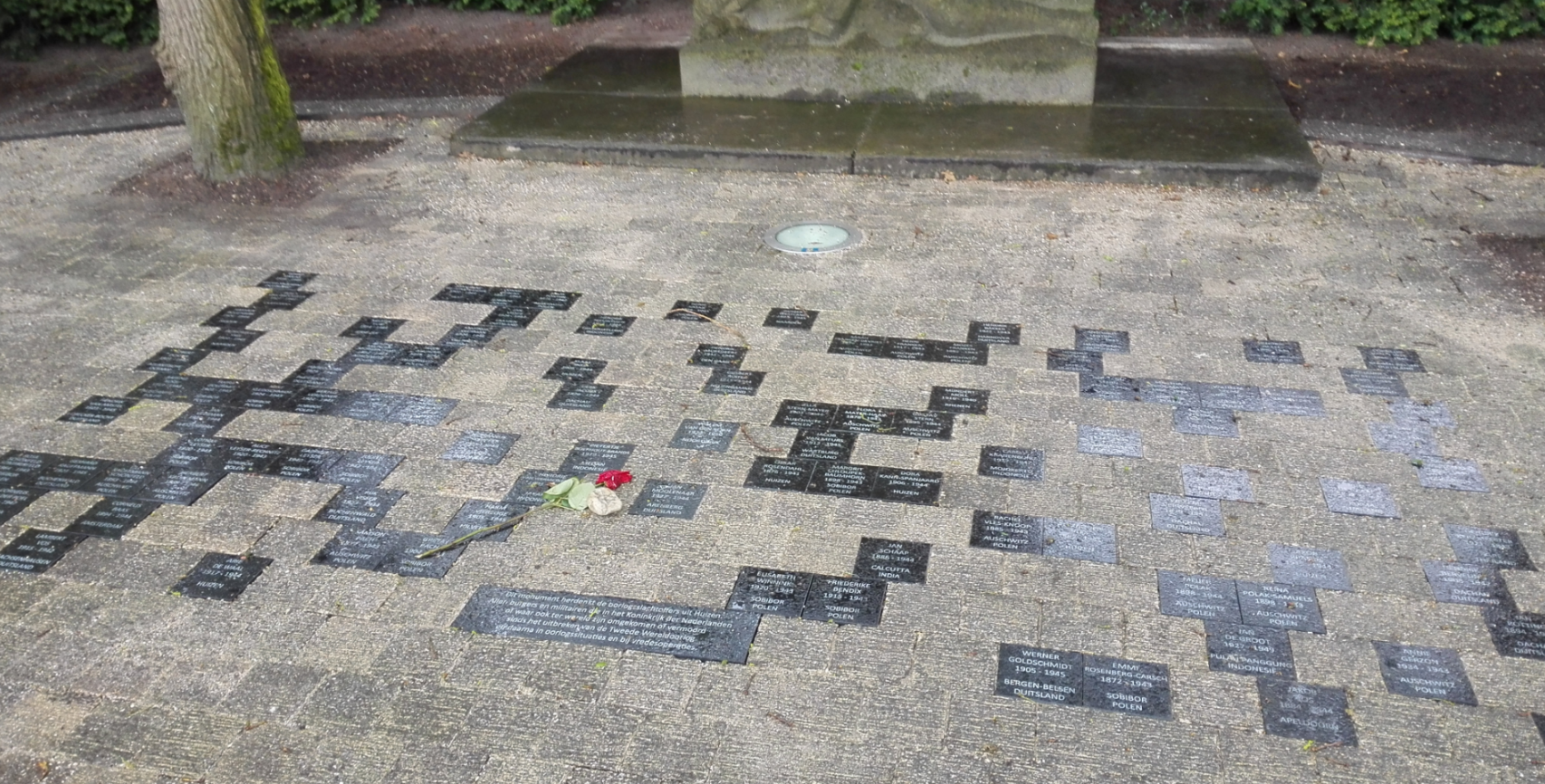 De gedenktegels met de namen (Foto: 6FM)