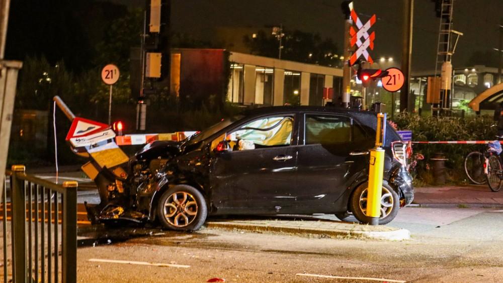 Twee auto's total loss na botsing bij Bussumse overweg, trein stopt net op tijd