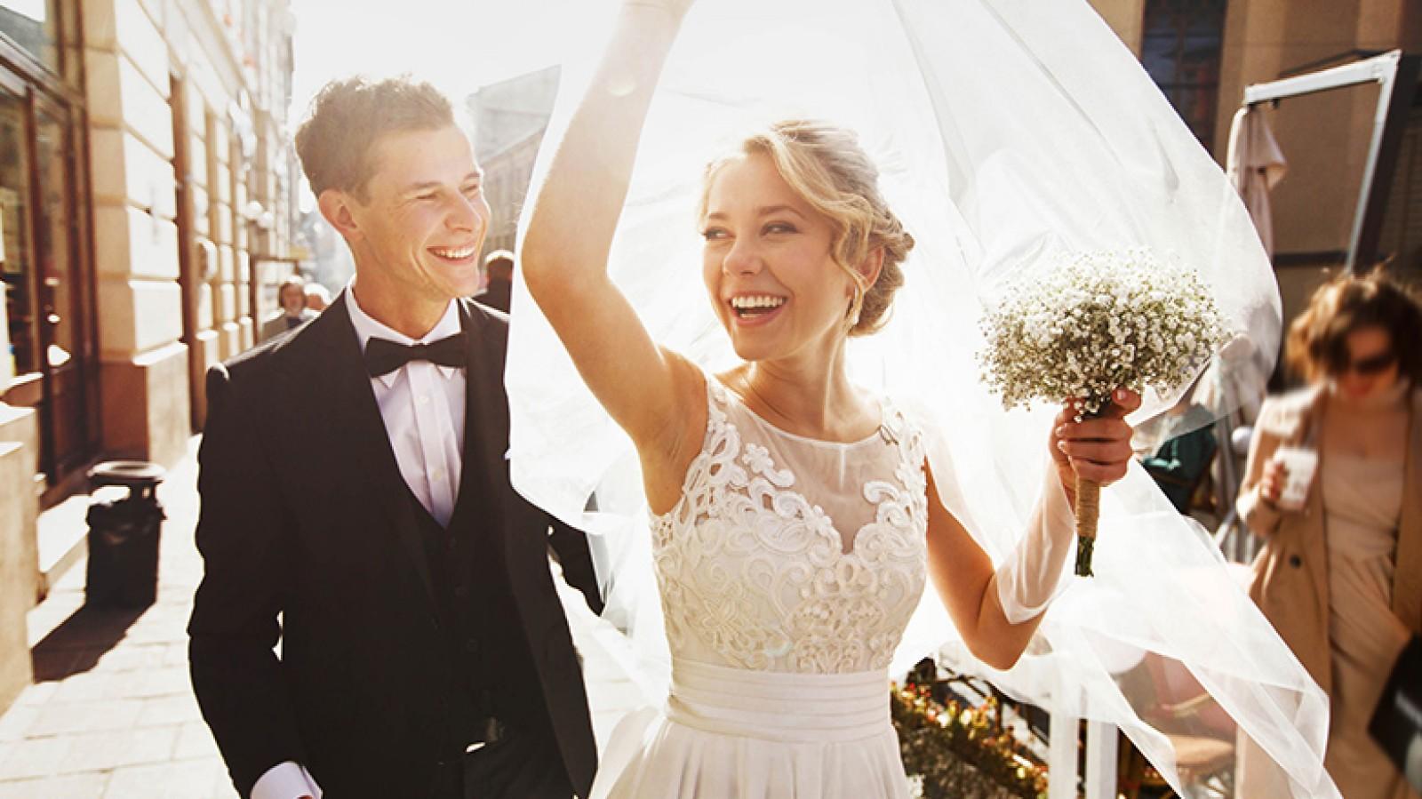 Trouwen in coronatijd? Juist in Hilversum stappen geliefden 'gewoon' in het huwelijksbootje