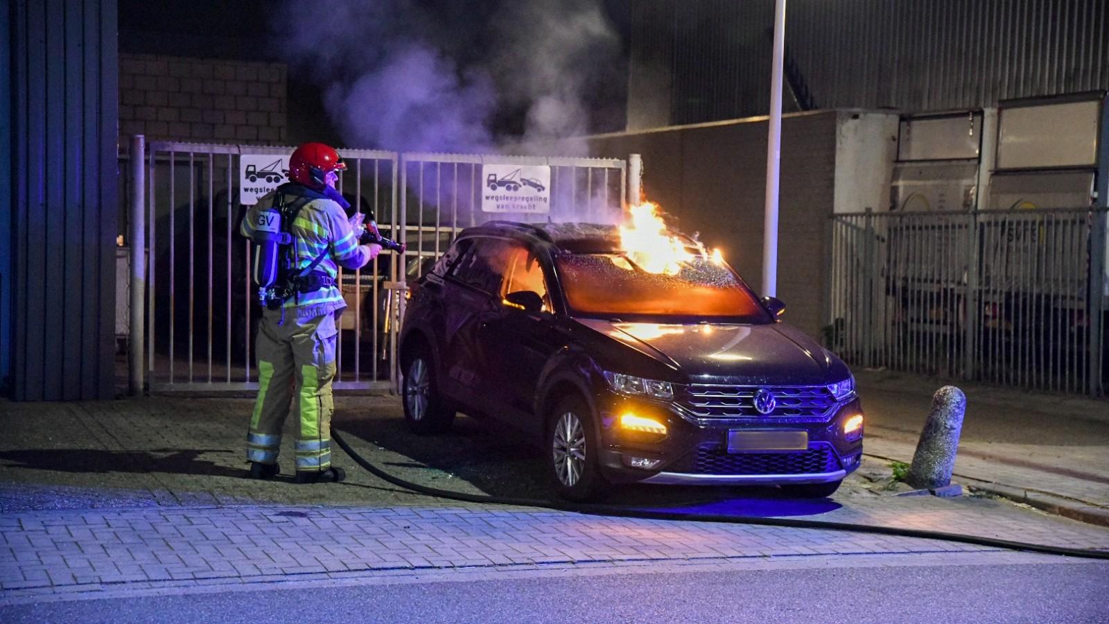 Flesje brandstof gevonden naast uitgebrande auto in Hilversum