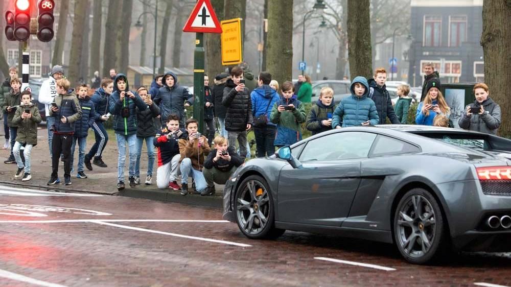 Laren gaat extra letten op 'autoshowers' en 'carspotters' vanwege verkeersgevaar