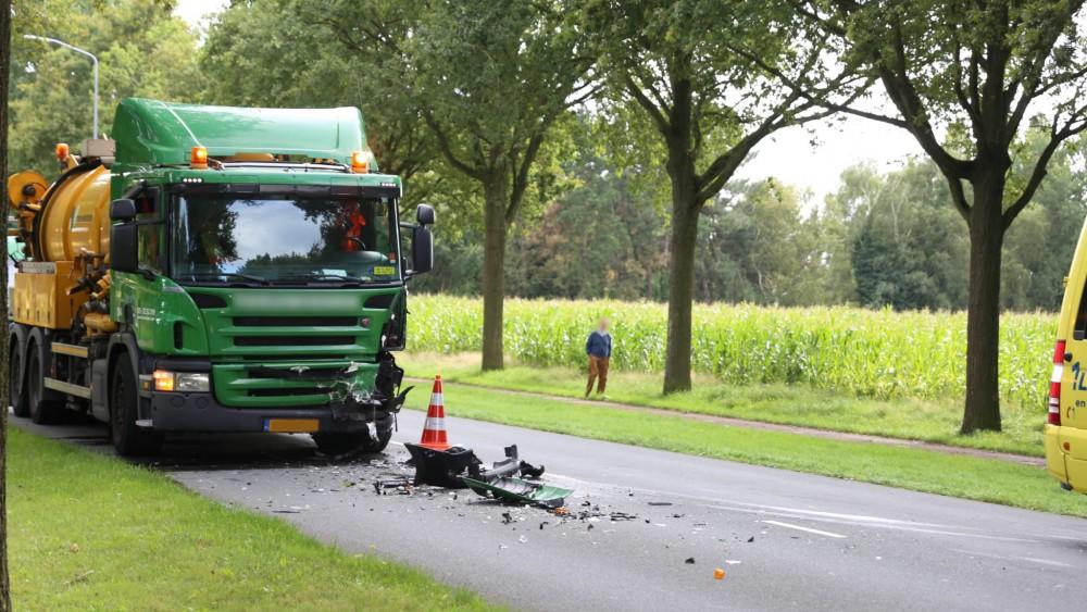 Vrouw (63) overleden bij frontale botsing tussen auto en vrachtwagen