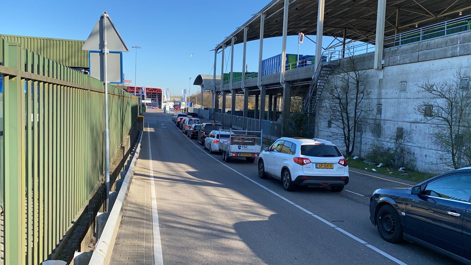 """Lange rijen voor Hilversums afvalstation: """"Blijf zoveel mogelijk thuis"""""""