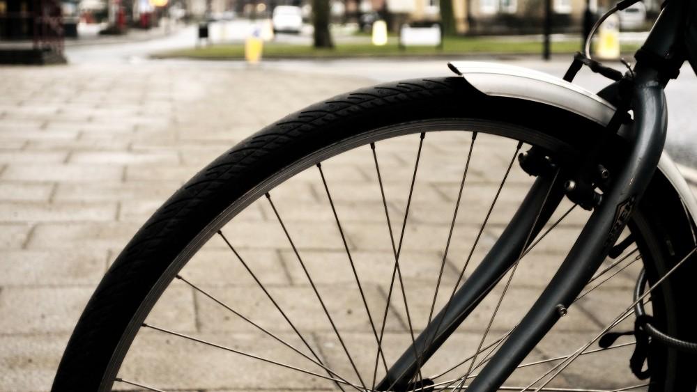 Twee fietsers 's nachts beroofd tussen Hilversum en Laren