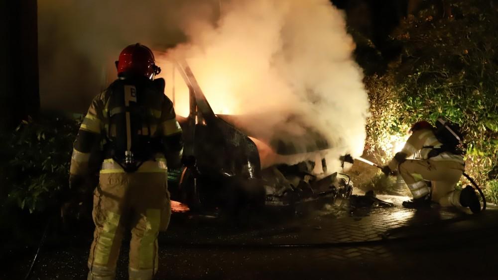 Politie onderzoekt autobrand voor villa vanwege verdachte omstandigheden