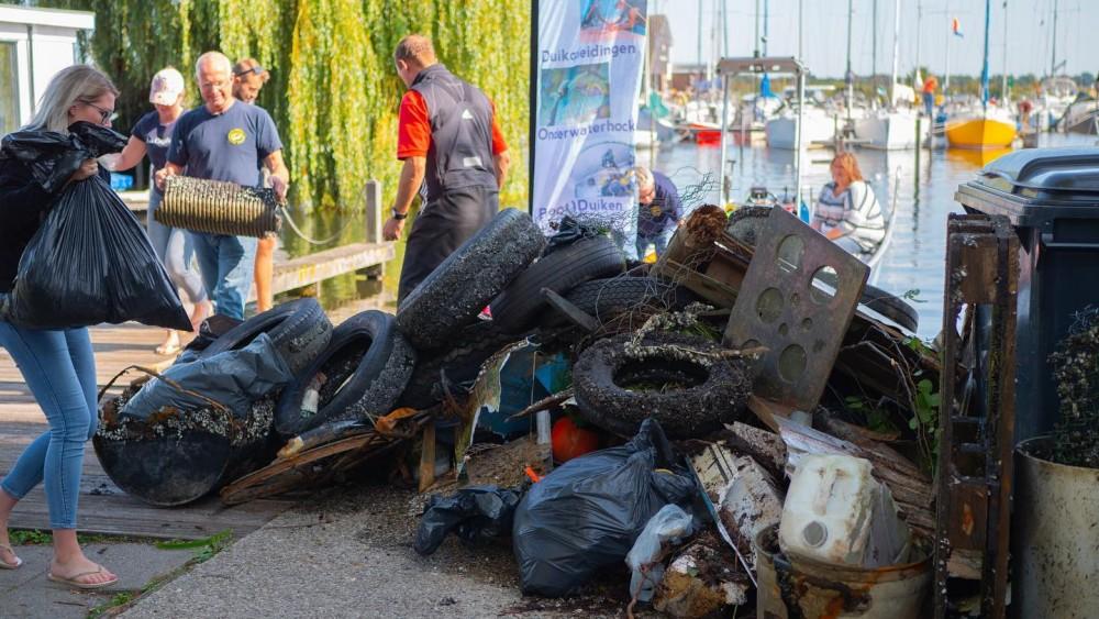 Gooise duikers maken bodem plas schoon en halen berg troep boven water