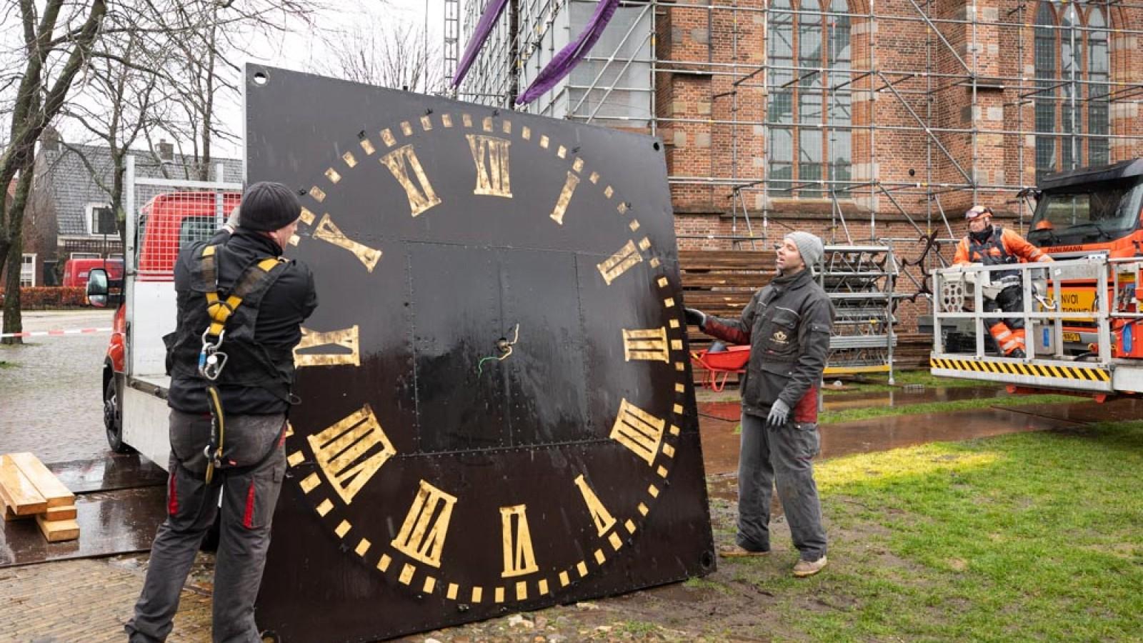 Tijdrovende klus: klokken van Naarder kerk naar beneden getakeld voor restauratie