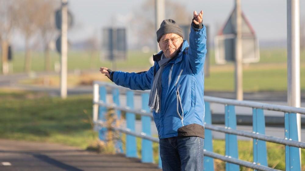 """Rob (75) regelt 2,5 uur het verkeer bij kapotte brug: """"Was niet zo moeilijk"""""""